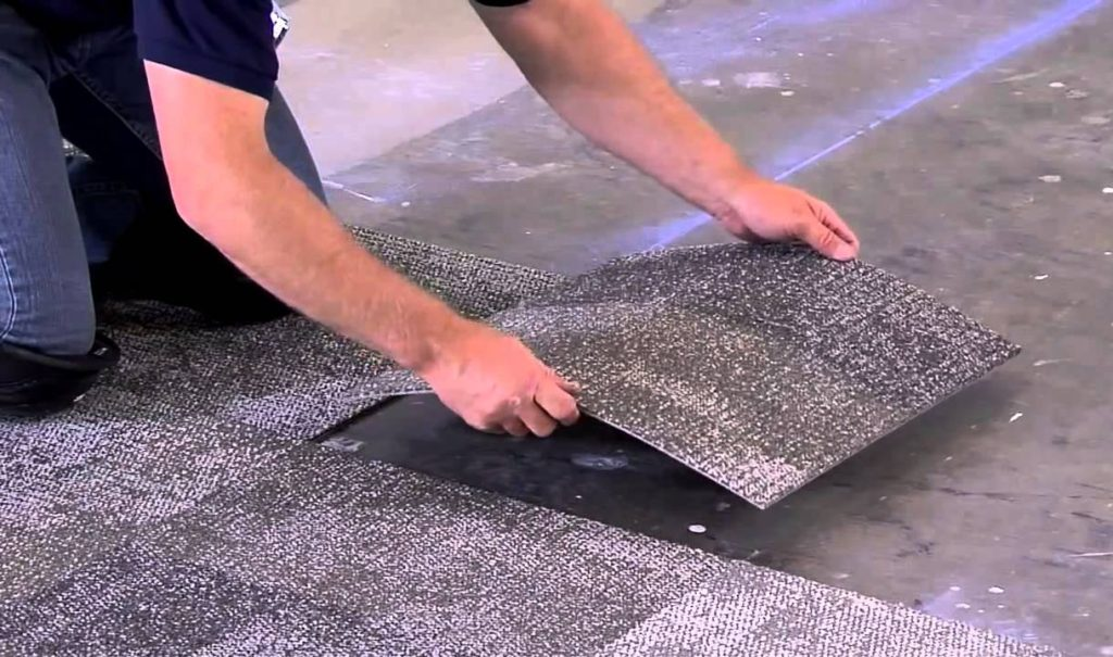 укладка очередной ковровой плитки