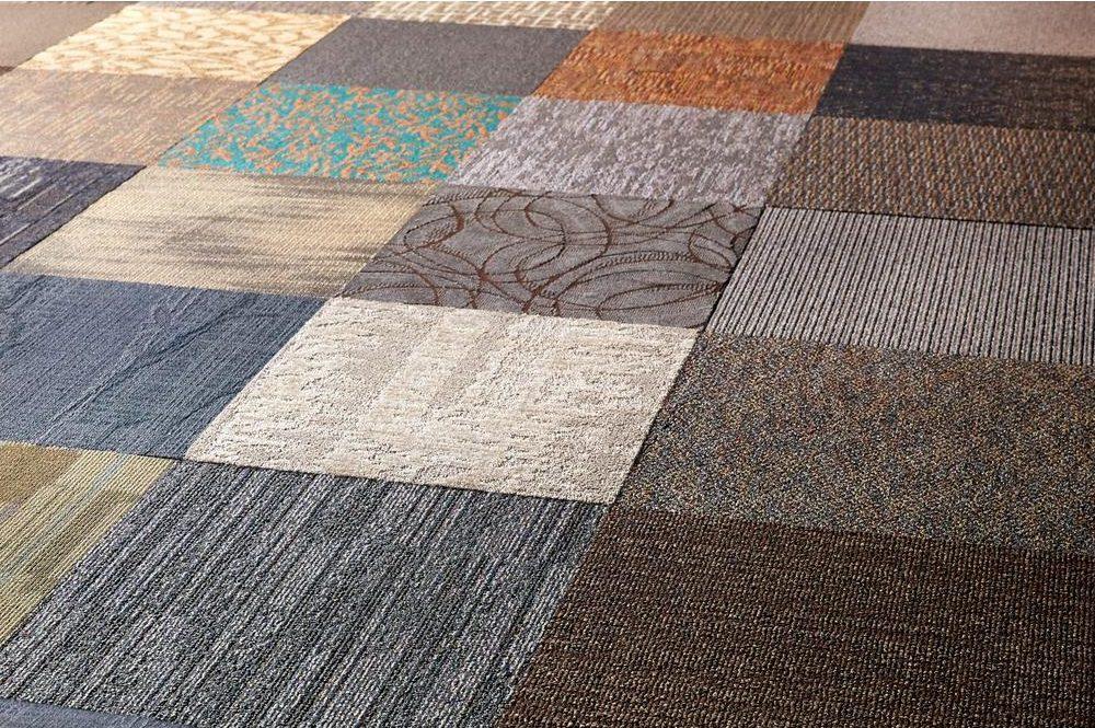 пол из ковровой плитки
