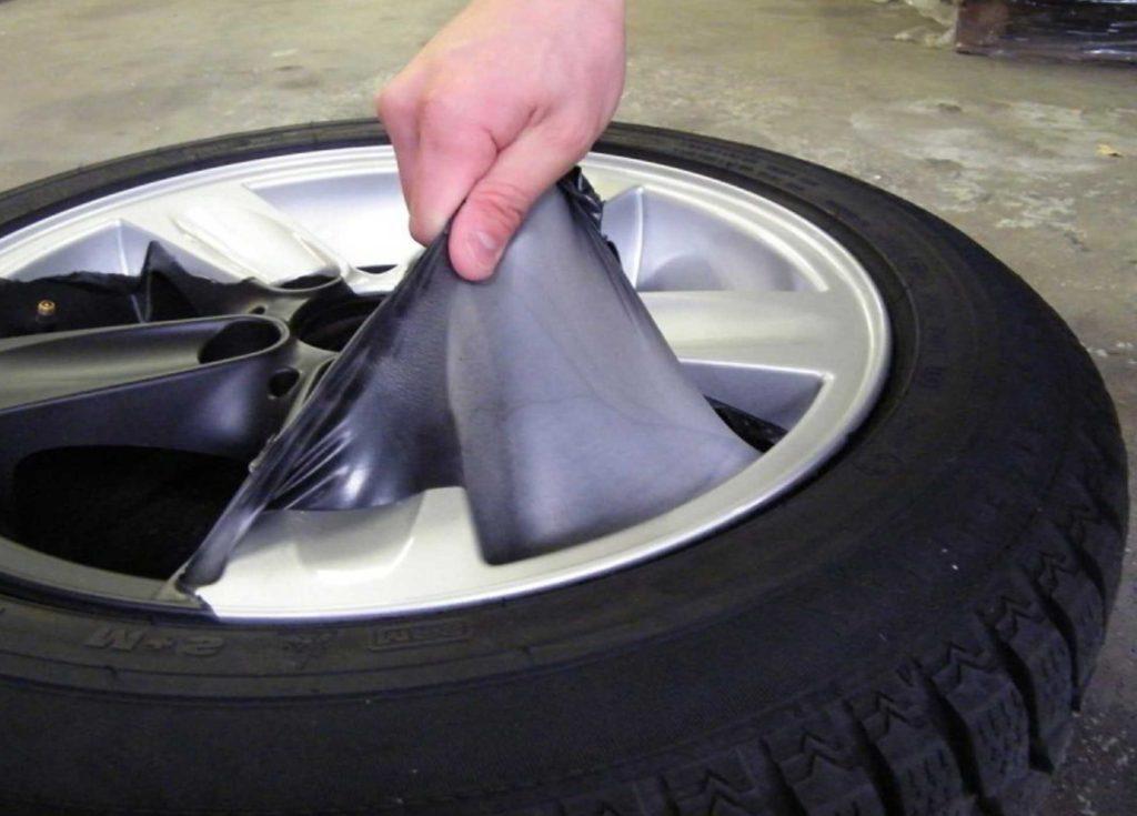 резиновая краска для авто в процессе растягивания