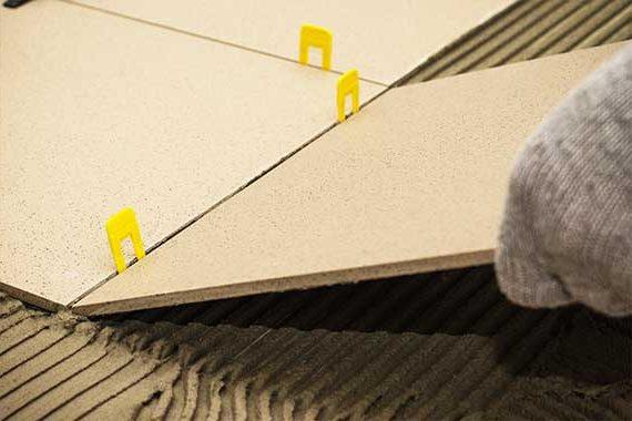 укладка новой плитки с зажимами