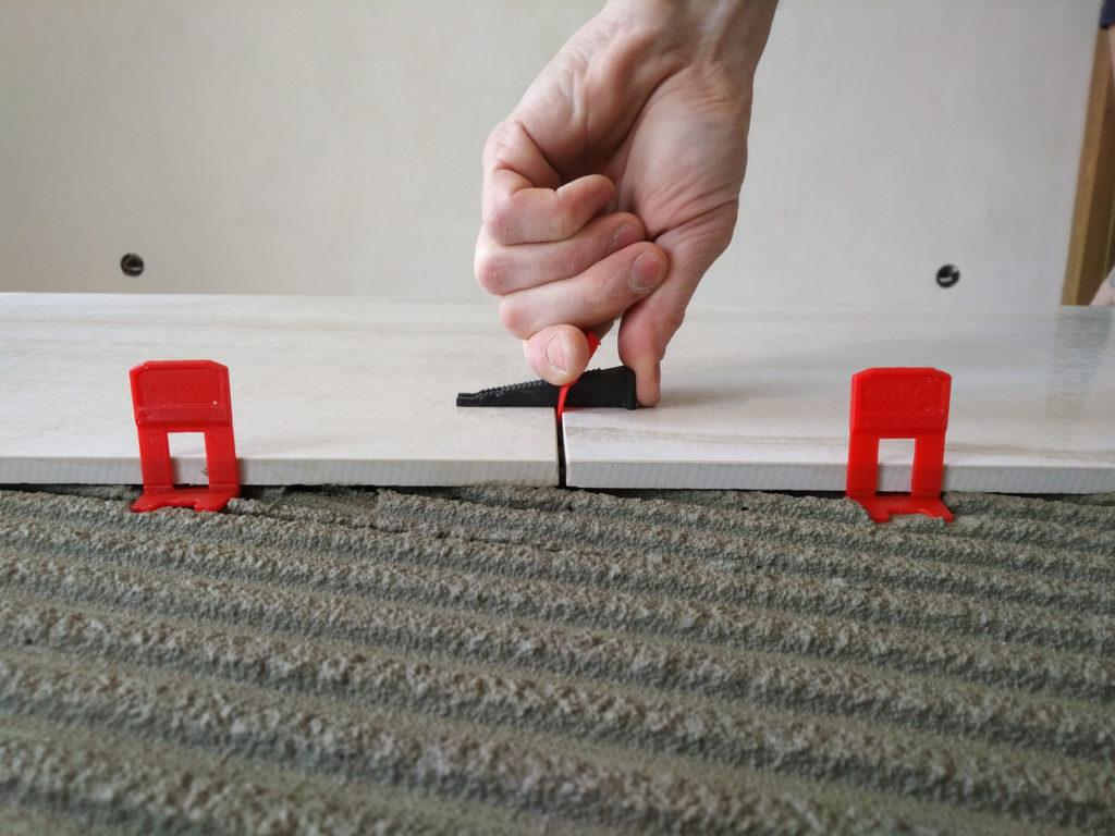 установка системы выравнивания плитки