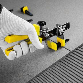 использование специального инструмента в системе выравнивания плитки