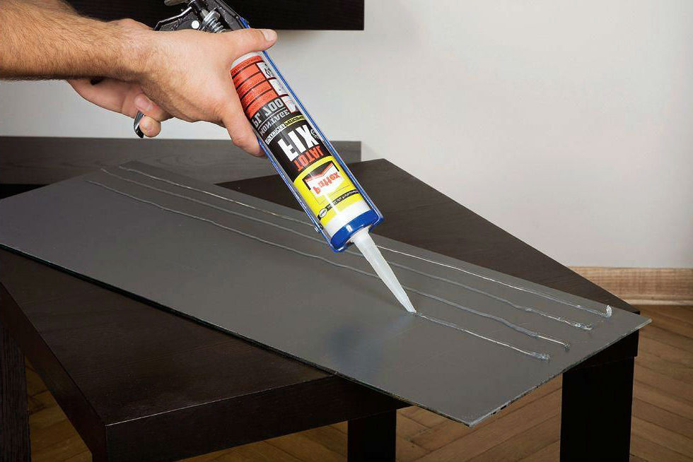 наносим клей на плитку