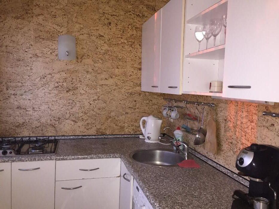 пробка на стене кухни