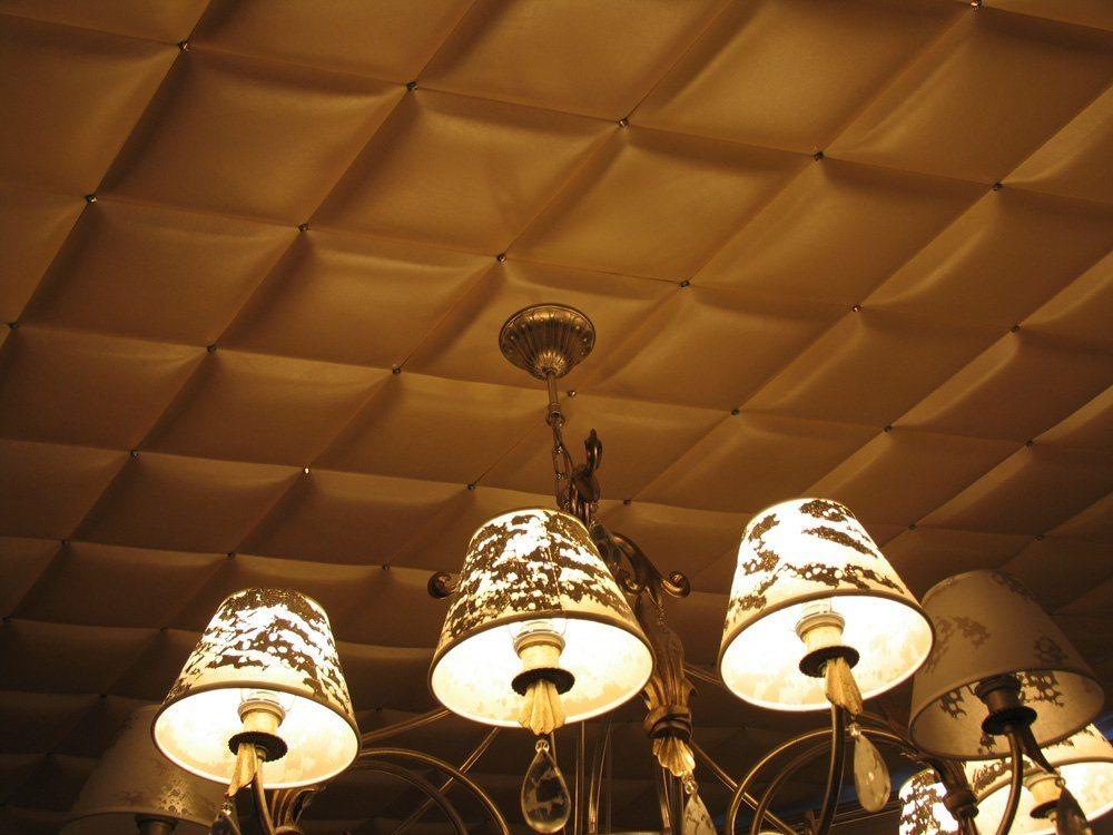 потолок отделанный кожаной плиткой