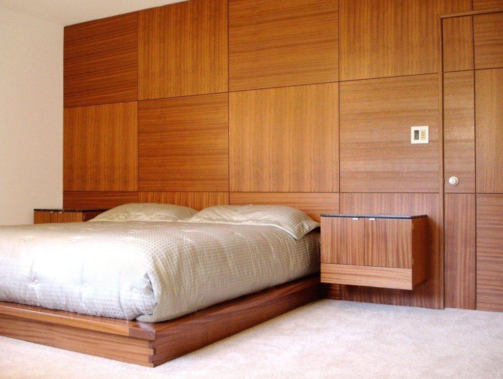 спальня отделанная деревянными стеновыми панелями