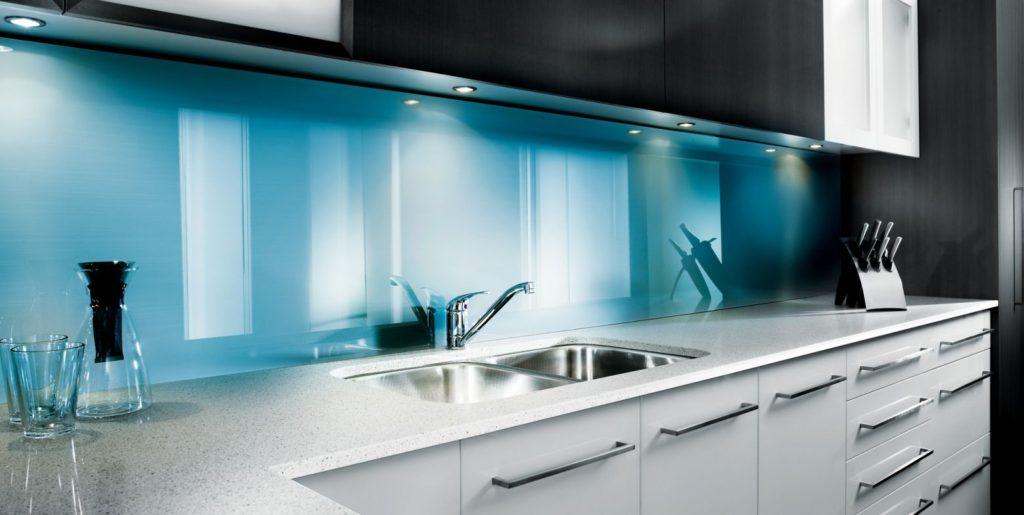 стеклянные стеновые панели в виде фартука на кухне