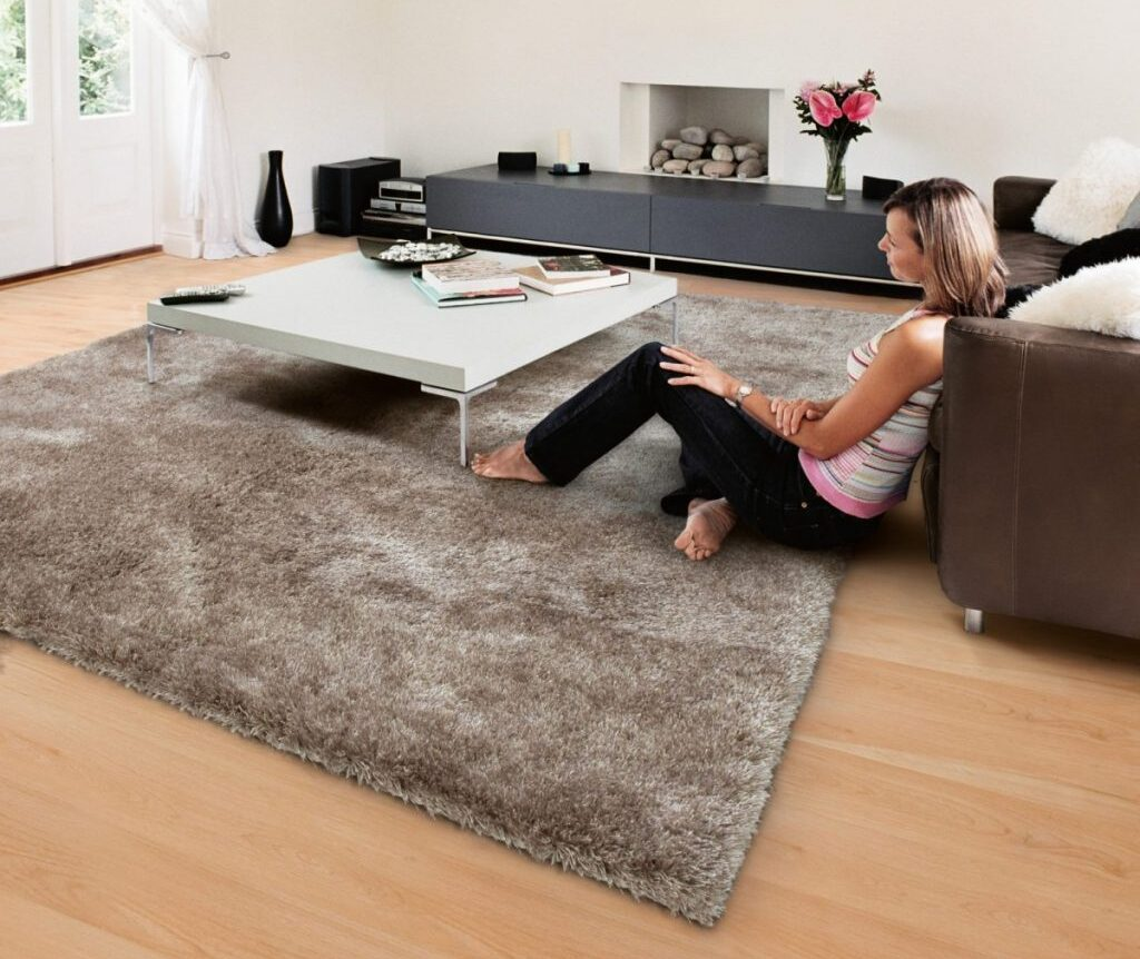 девушка на ковре в гостиной