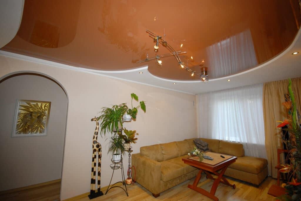 узорные натяжные потолки в гостиной